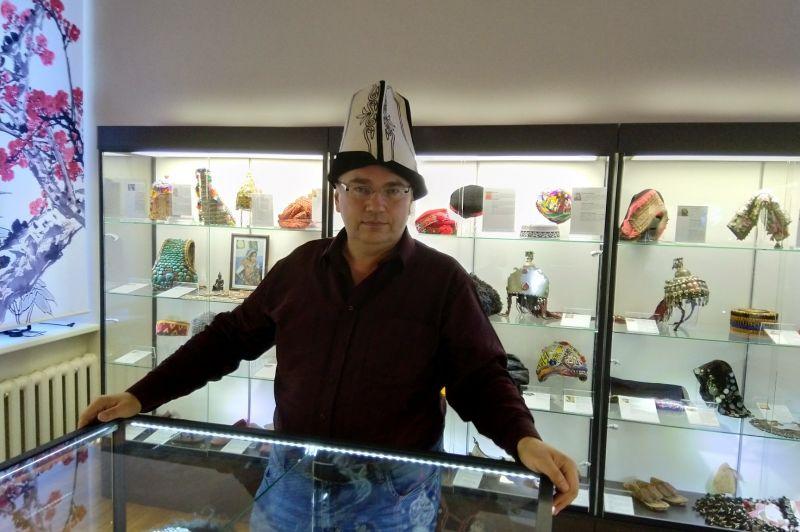 """Ilustrēto stāstu cikls """"Cilvēks ar cepuri galvā un Rīgas pagātnes rēgi. Rīgas cepuru stāsti."""""""